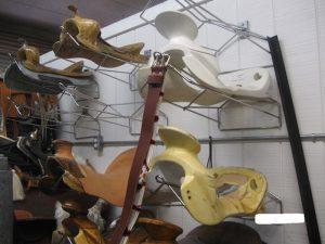 アメリカ乗馬用品店の鞍骨売り場