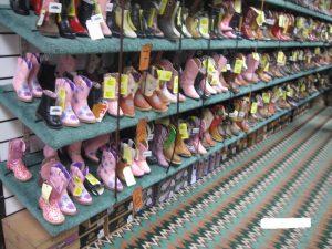 アメリカ乗馬用品店の子供用乗馬ブーツ売り場