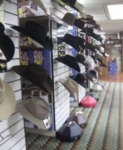 アメリカ乗馬用品店のテンガロンハット売り場