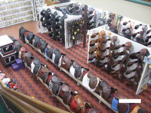 アメリカ乗馬用品店の鞍売り場