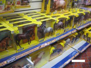 アメリカ乗馬用品店の馬の人形売り場