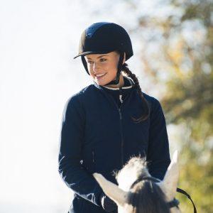乗馬ヘルメットの正しい装着例