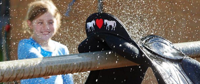 乗馬鞍を洗う少女