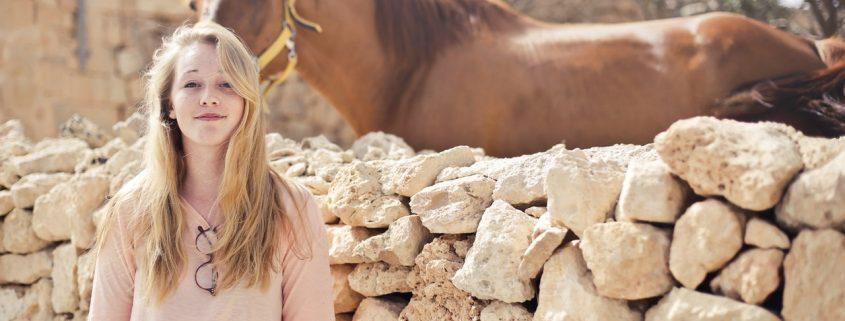 夏と馬と女性
